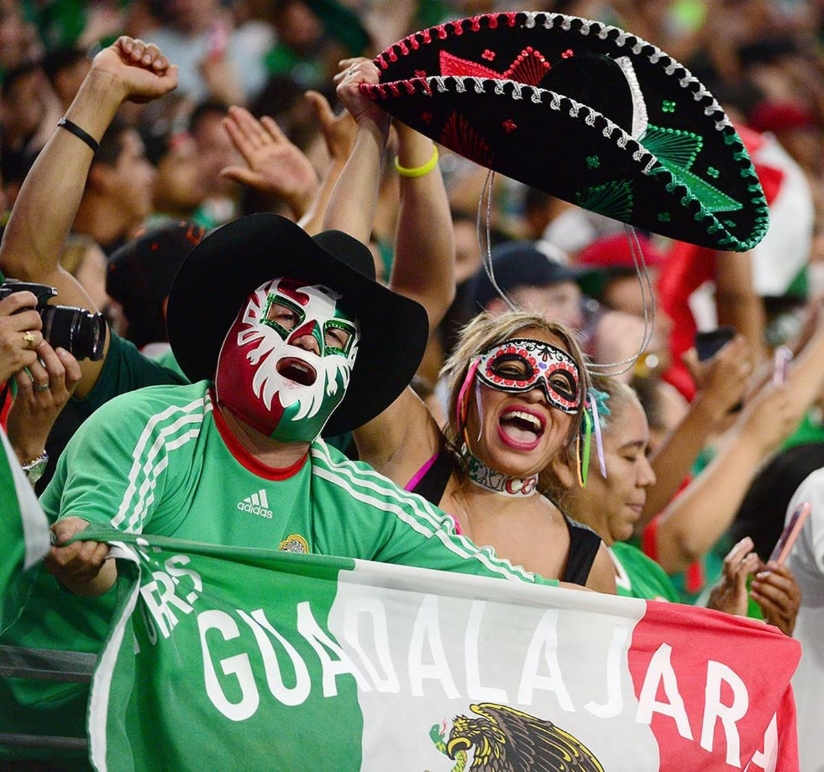 Mexico-fans-538311582.jpg