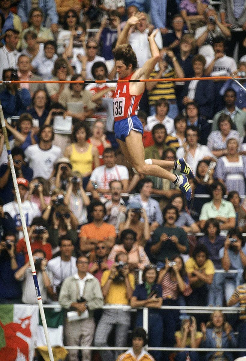 1976-0730-Bruce-Jenner-Decathlon-Pole-Vault-001095251.jpg