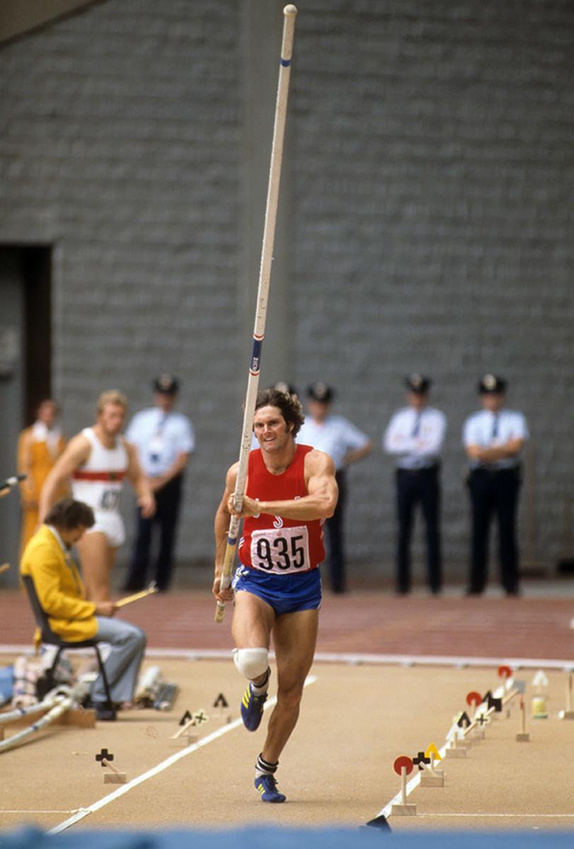 1976-0730-Bruce-Jenner-Decathlon-Pole-Vault-090000331.jpg