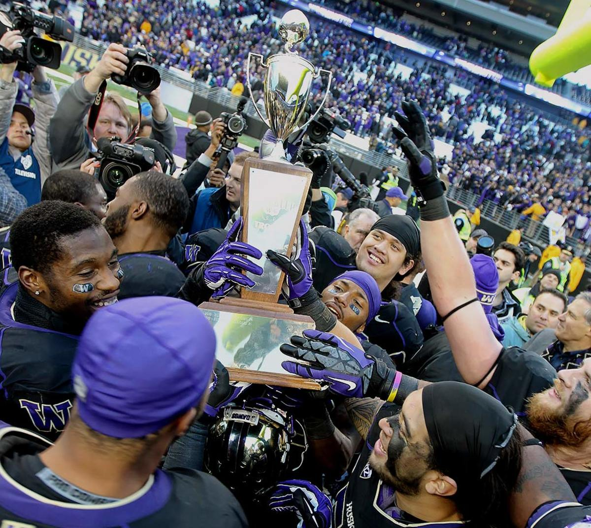 Apple-Cup-trophy-Washington-Washington-State-Psalm-Wooching.jpg