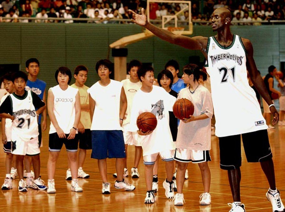 Kevin Garnett and Japanese students