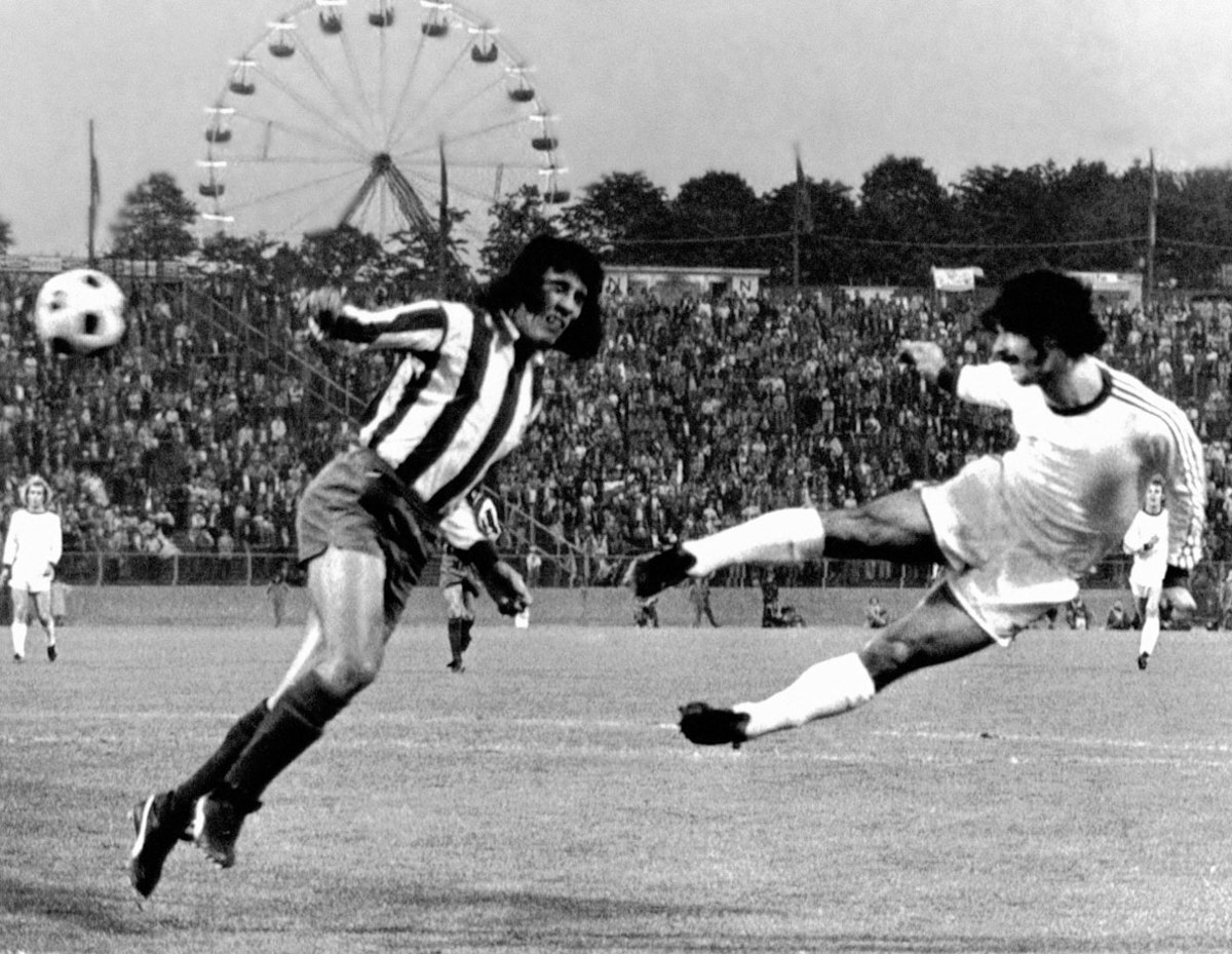 1974-Bayern-Munich-Atletico-Madrid-Gerd-Mueller-Heraldo-Becerra.jpg