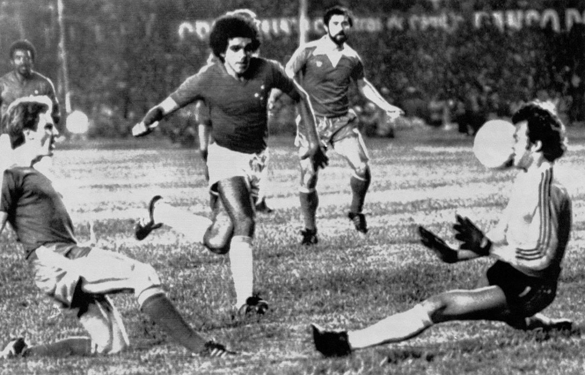 1976-Bayern-Munich-Cruzeiro-Karl-Heinz-Rummenigge-Gerd-Mueller-Raul-Plassman.jpg