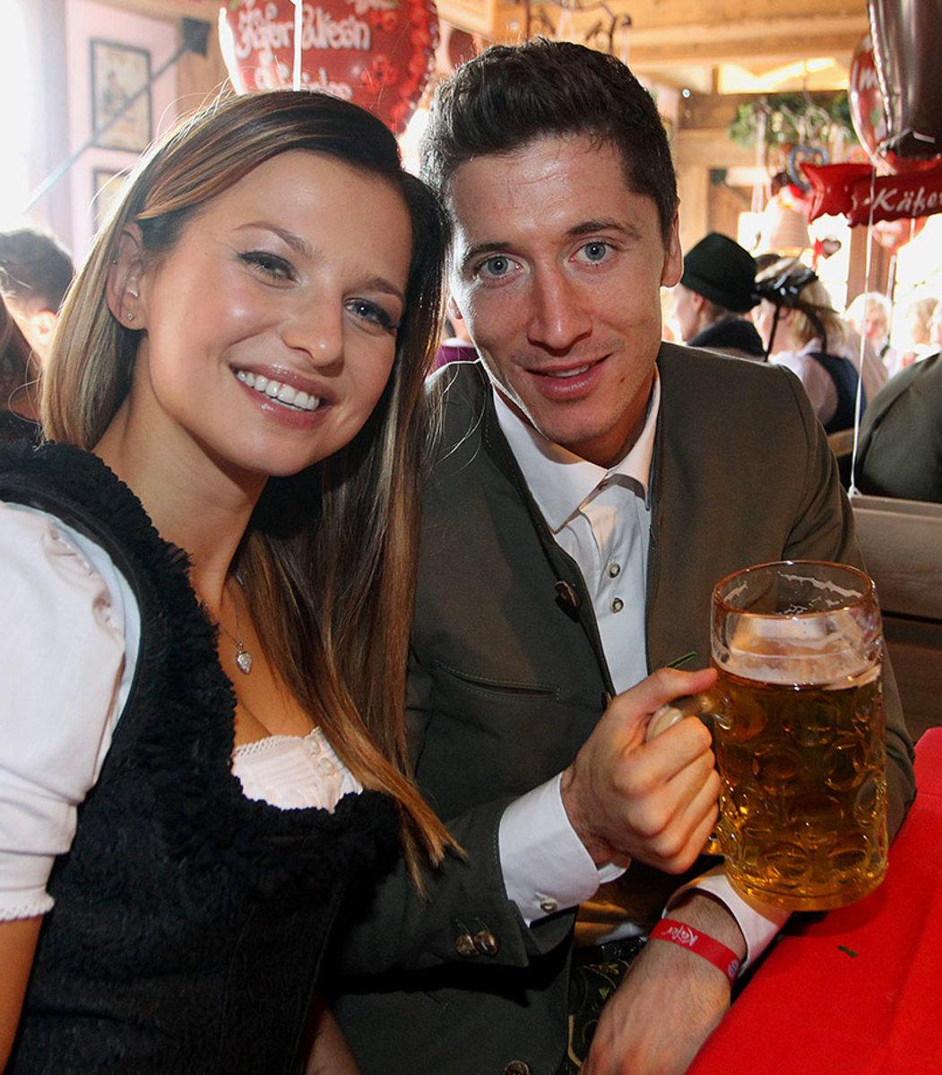 Robert-Lewandowski-wife-Anna-Oktoberfest-490648944.jpg