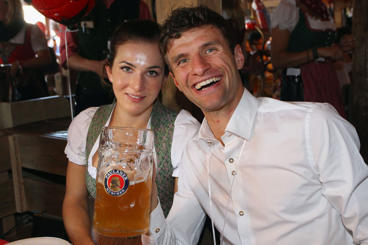 Thomas-Mueller-Oktoberfest-wife-Lisa-490648988.jpg