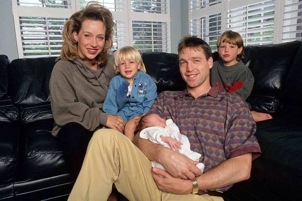 1993-0611-Patrick-Roy-family-wife-children-001350078.jpg