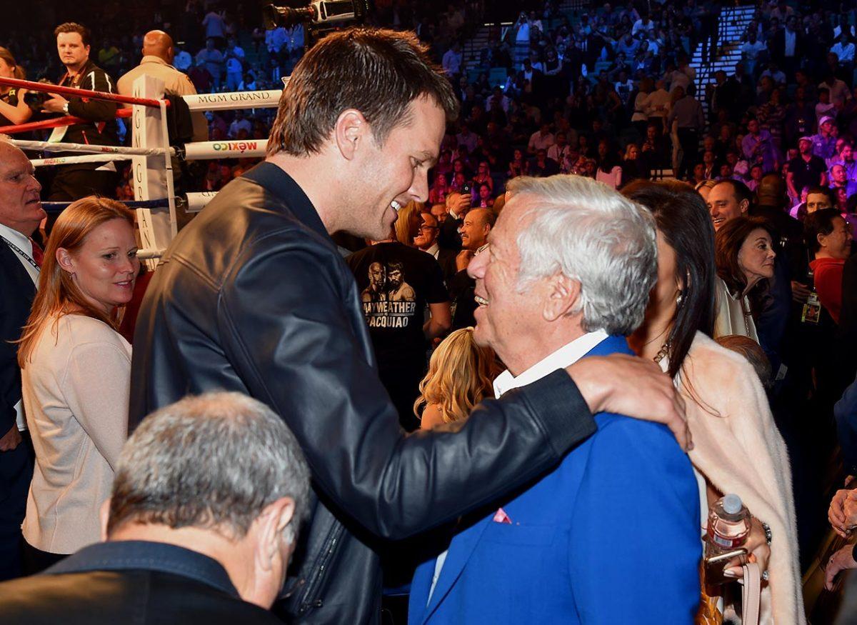 2015-Tom-Brady-Robert-Kraft-Mayweather-Pacquiao-fight.jpg