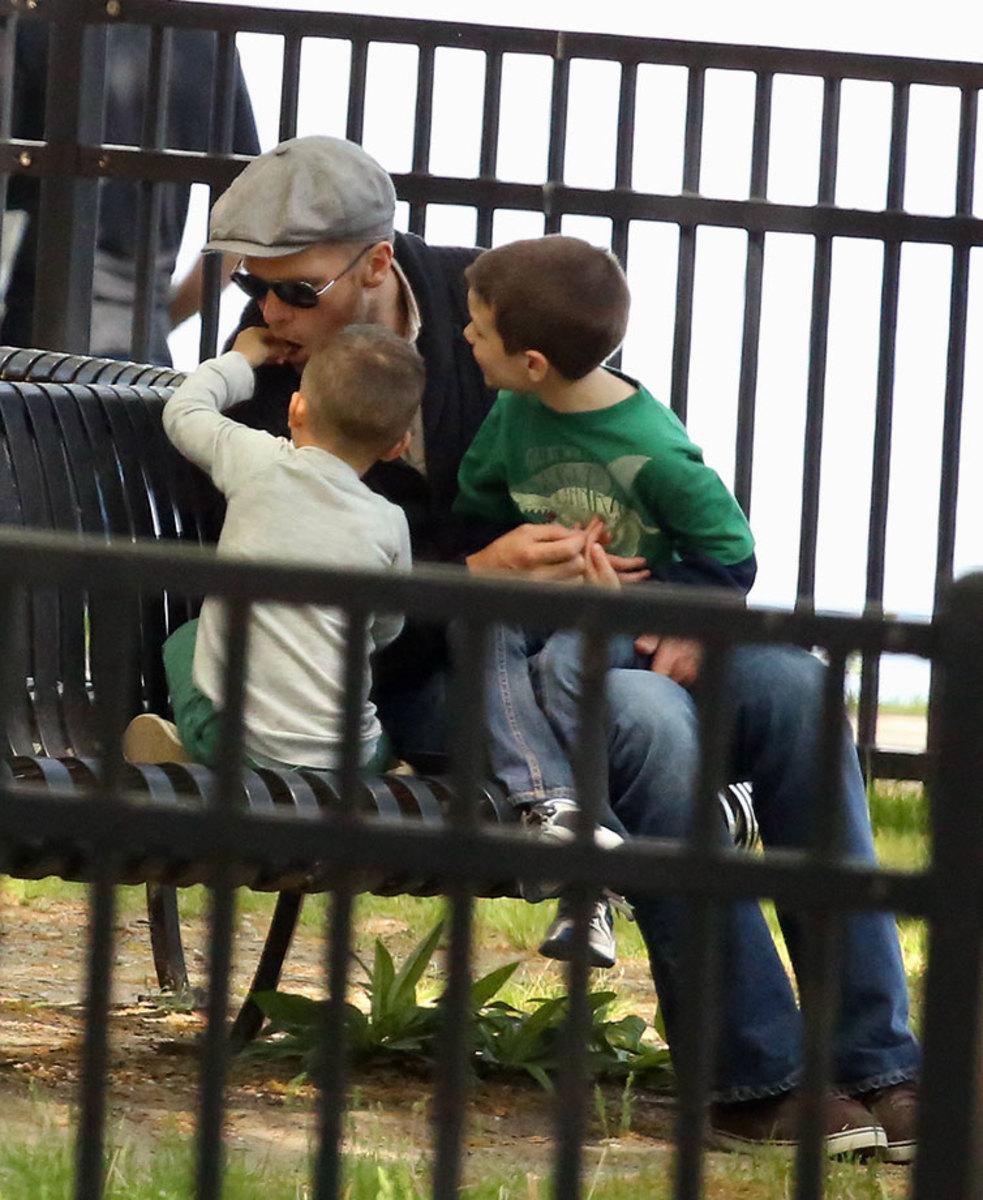 2013-Tom-Brady-sons-John-Benjamin-eating.jpg