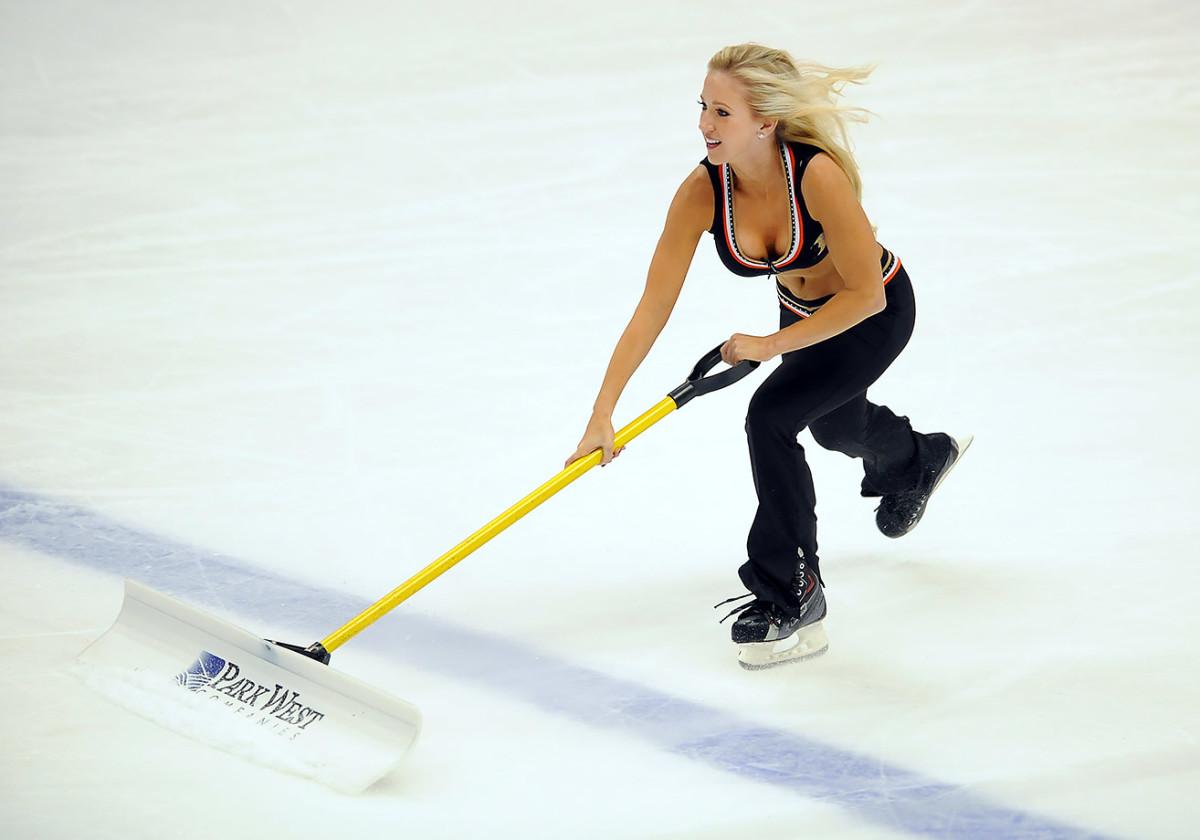 Anaheim-Ducks-Power-Players-Ice-Girls-506150106006_Maple_Leafs_at_Ducks.jpg