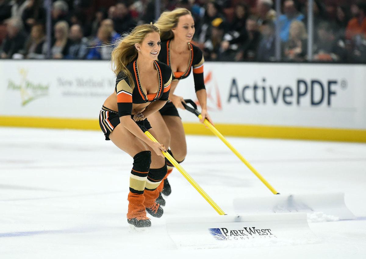 Anaheim-Ducks-Power-Players-Ice-Girls-0071511133679_Islanders_at_Ducks.jpg