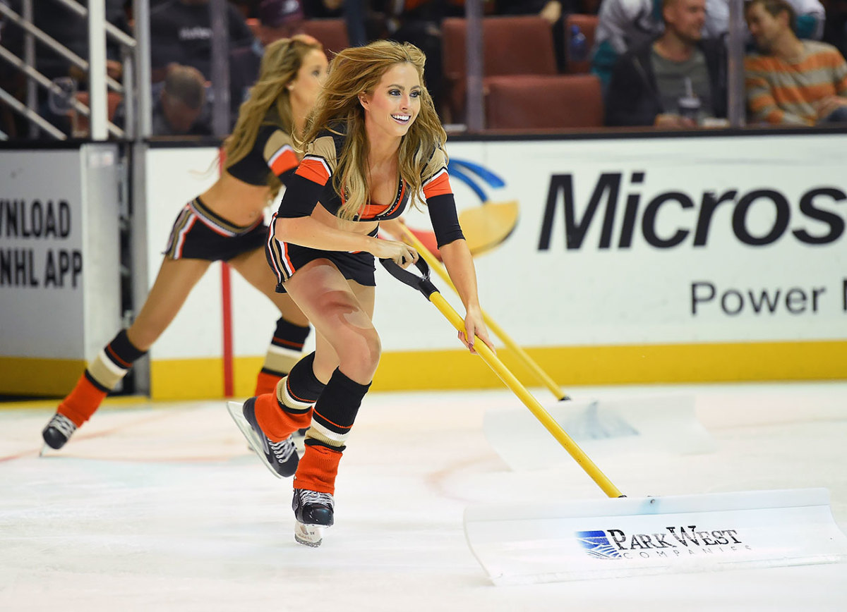 Anaheim-Ducks-Power-Players-Ice-Girls-0071511063300_Blue_Jackets_at_Ducks.jpg