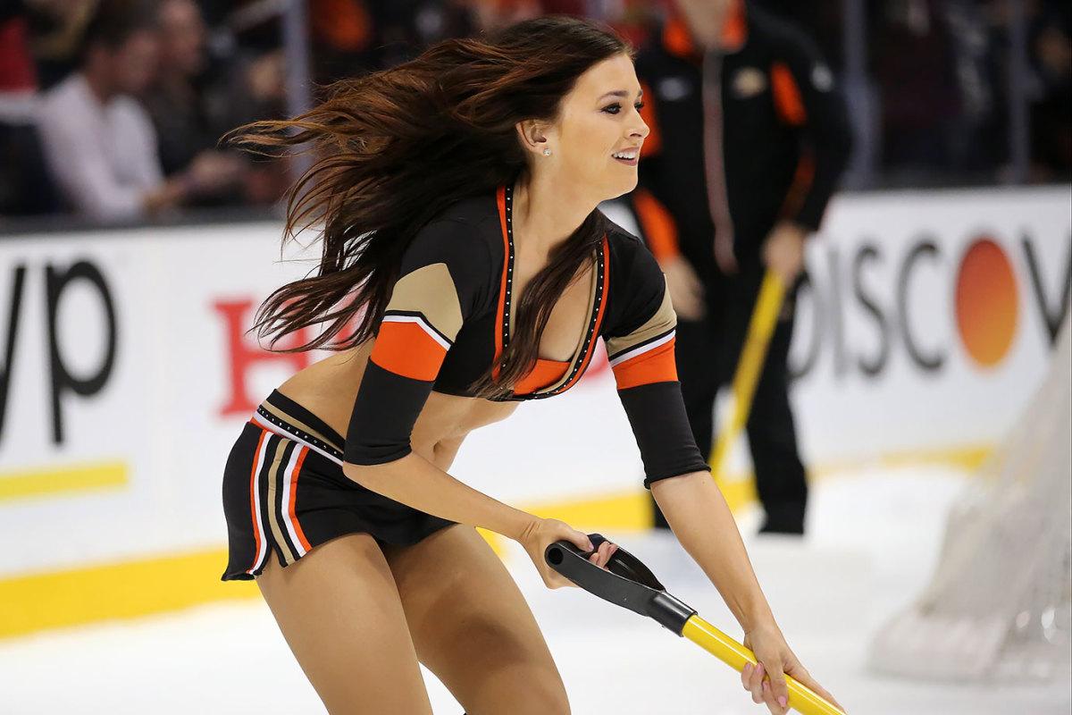 Anaheim-Ducks-Power-Players-Ice-Girls-DET15112775_Blackhawks_at_Ducks.jpg