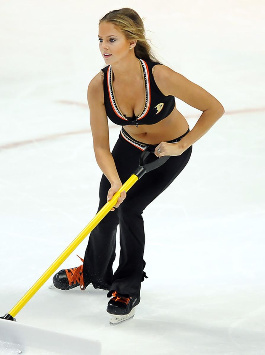 Anaheim-Ducks-Power-Players-Ice-Girls-506150106033_Maple_Leafs_at_Ducks.jpg