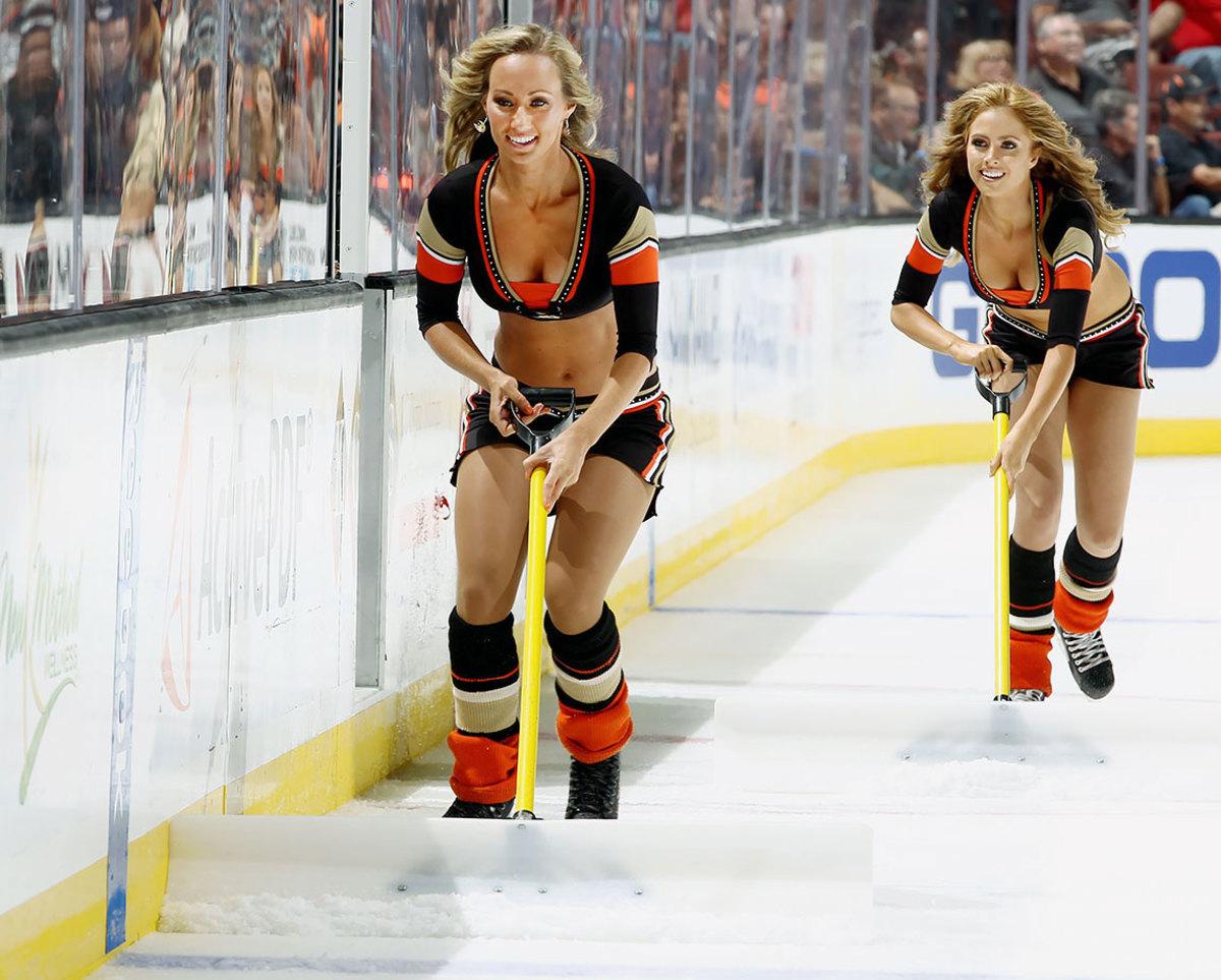 Anaheim-Ducks-Power-Players-Ice-Girls-492405480.jpg