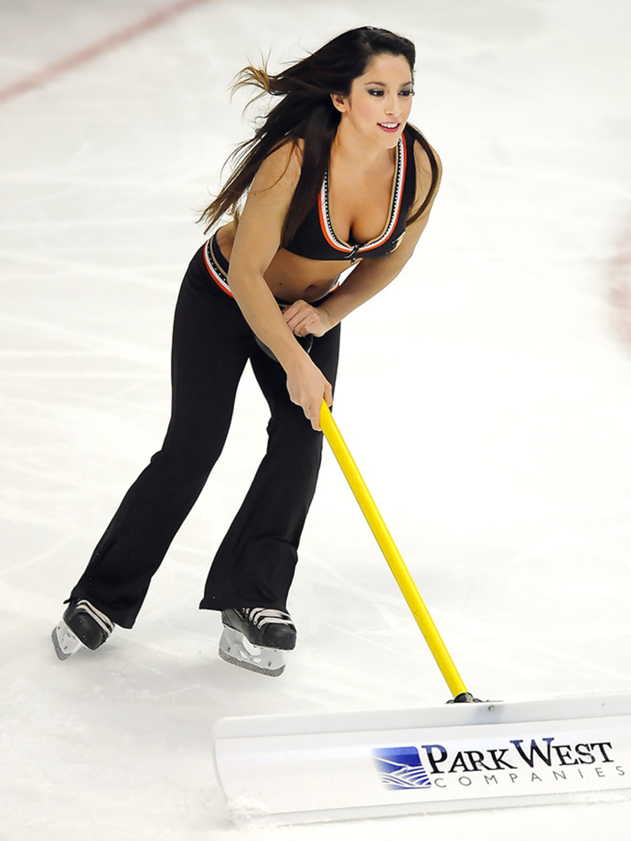 Anaheim-Ducks-Power-Players-Ice-Girls-506150106032_Maple_Leafs_at_Ducks.jpg