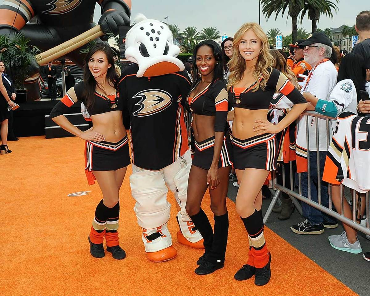 Anaheim-Ducks-Power-Players-Ice-Girls-506151012013_Canucks_at_Ducks.jpg