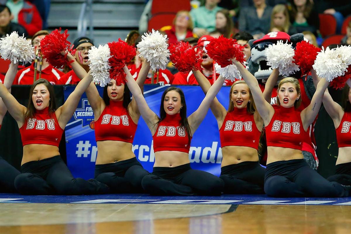 Stony-Brook-cheerleaders-516267596.jpg