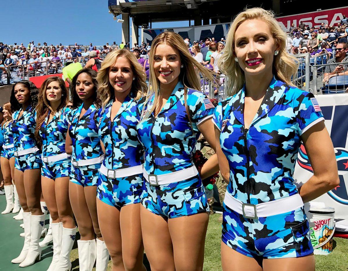 Tennessee-Titans-cheerleaders-SI537_TK1_02766.jpg