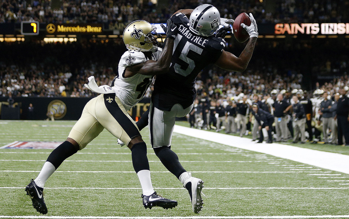 Michael Crabtree made a difficult catch on a two-point conversion to help the Raiders beat the Saints in a thrilling game at the Superdome.
