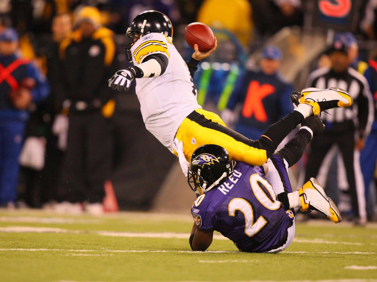 Roethlisberger stretches against Ed Reed, December 2008.