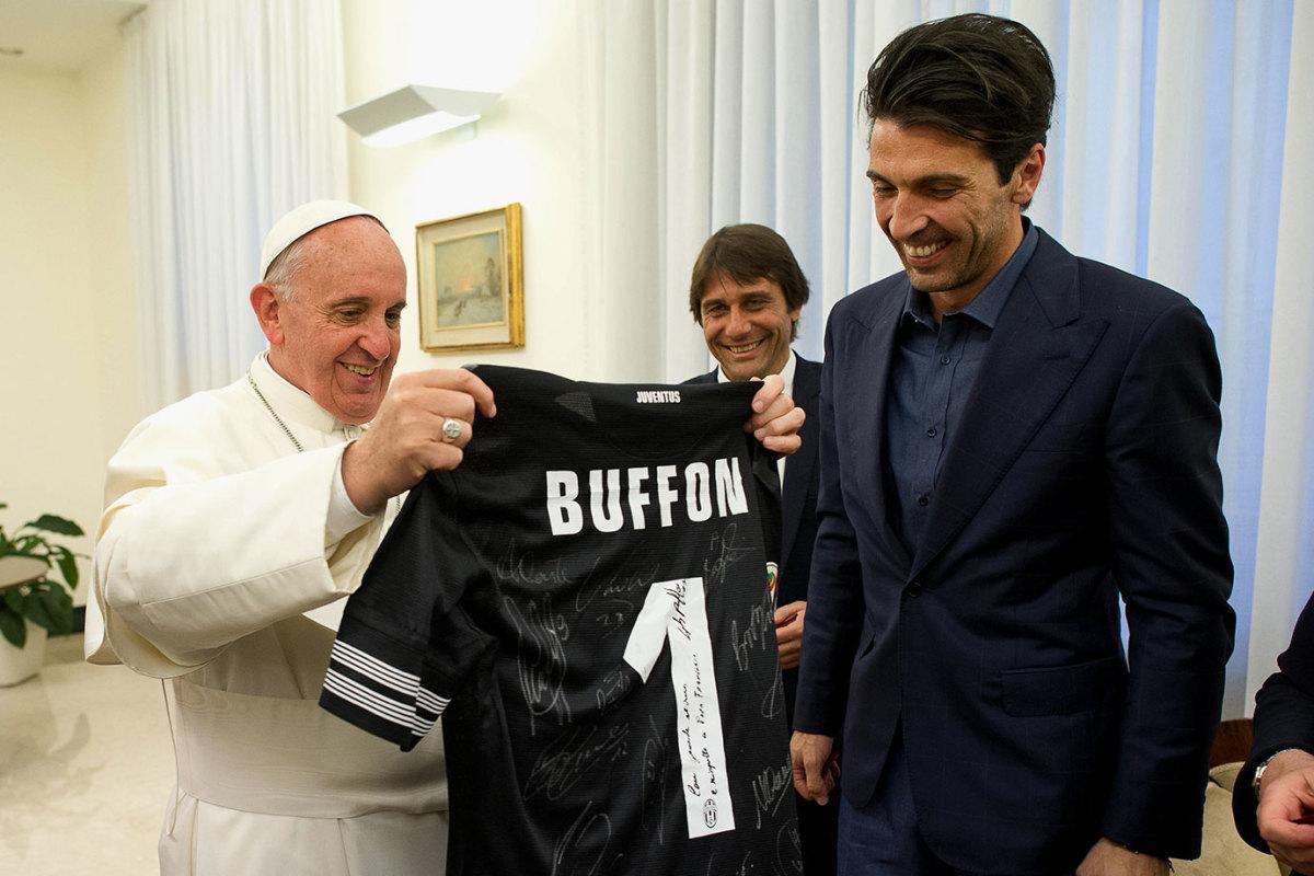 2013-0521-Pope-Francis-Gianluigi-Buffon.jpg