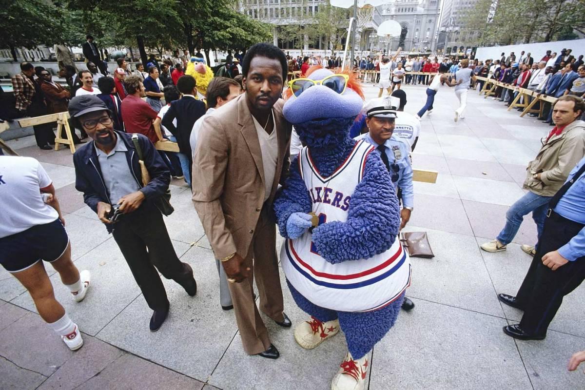 1982-Moses-Malone-76ers-mascot-Big-Shot-079083104.jpg