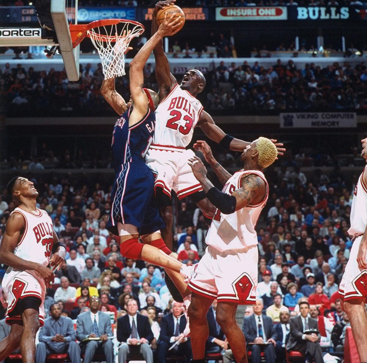 1998-Michael-Jordan-Chris-Gatling-05771894.jpg