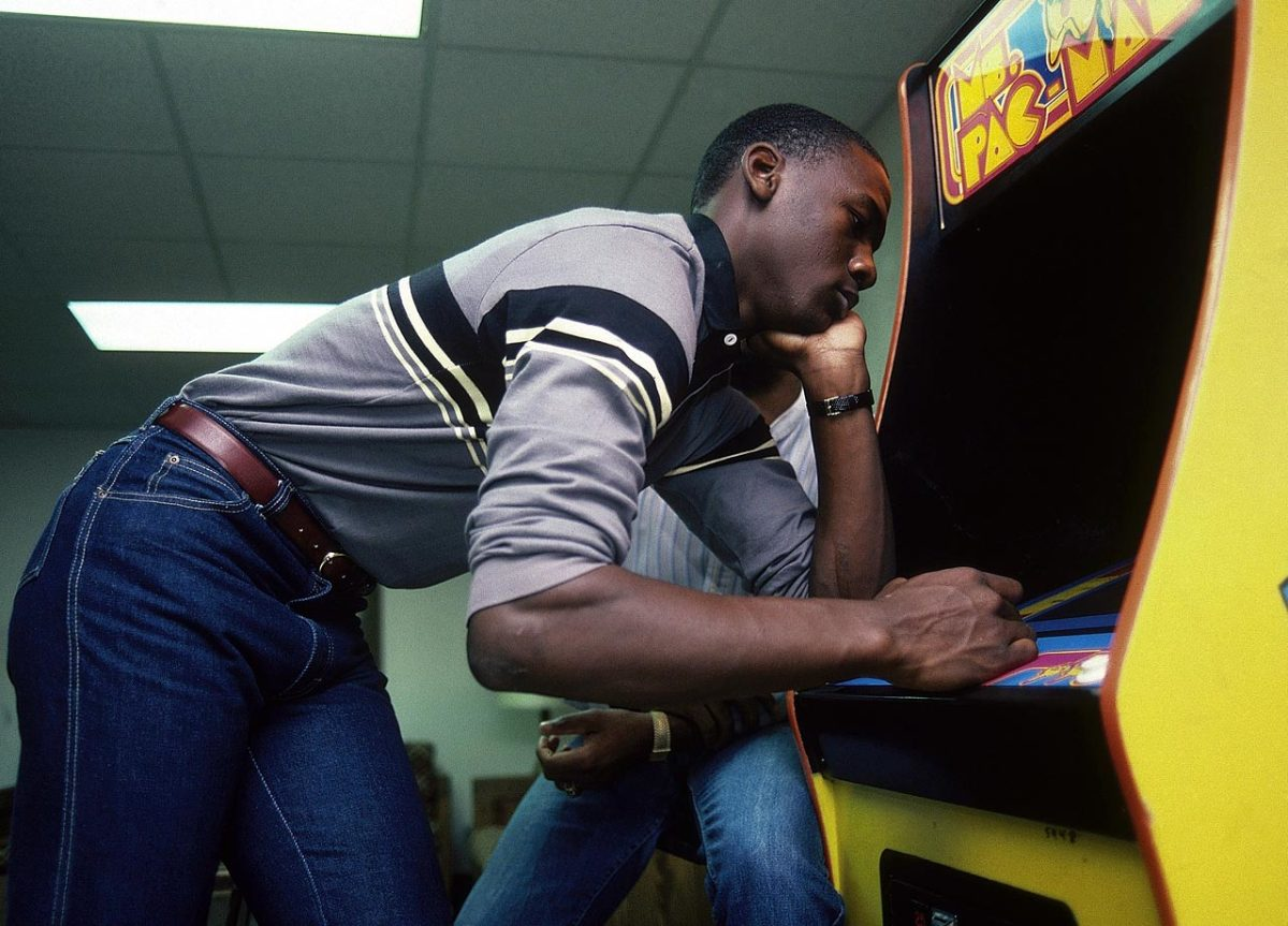 1983-Michael-Jordan-Ms-Pac-Man-079000335.jpg