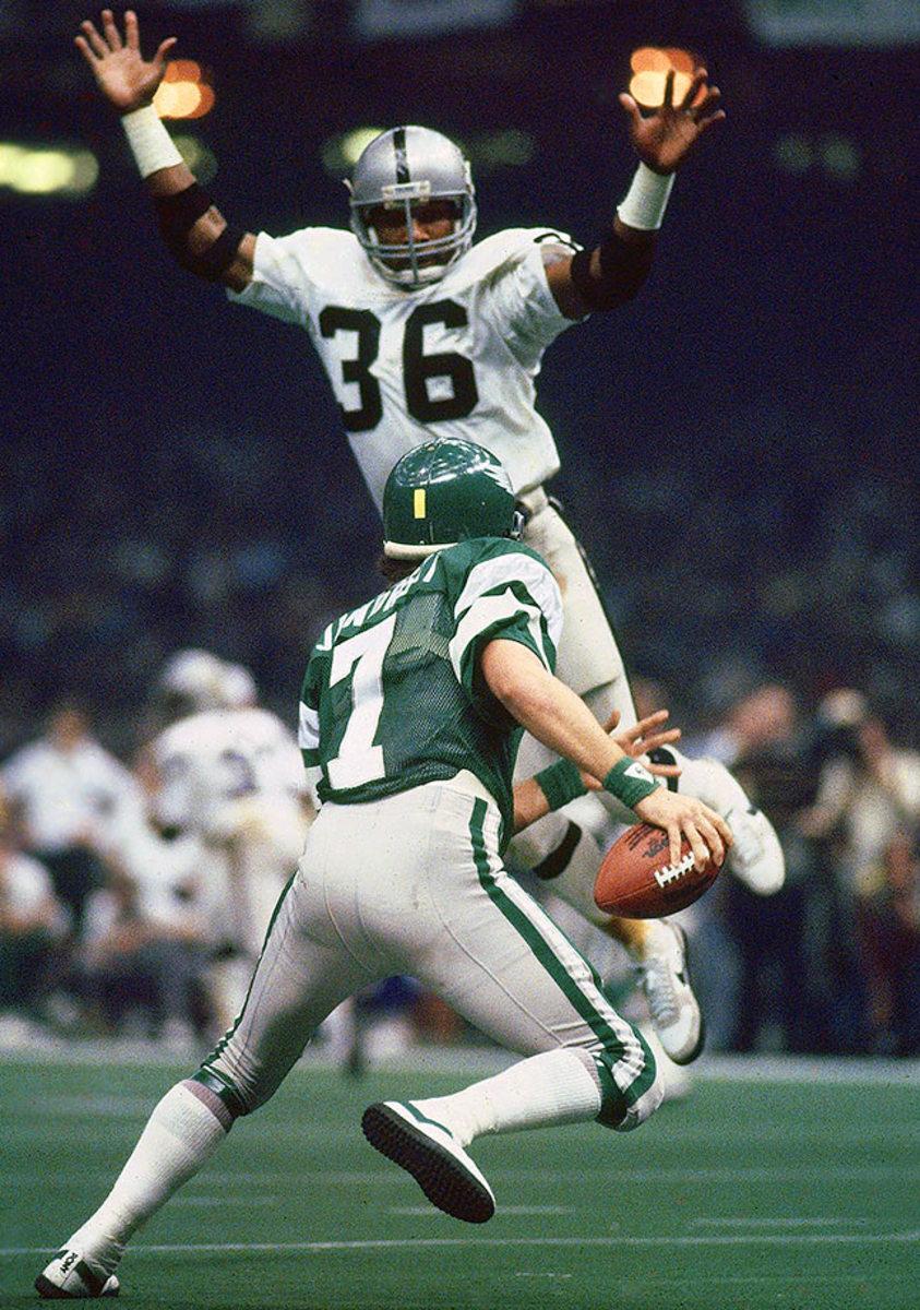 1981-0125-Oakland-Raiders-Mike-Davis-Ron-Jaworski-001315930.jpg