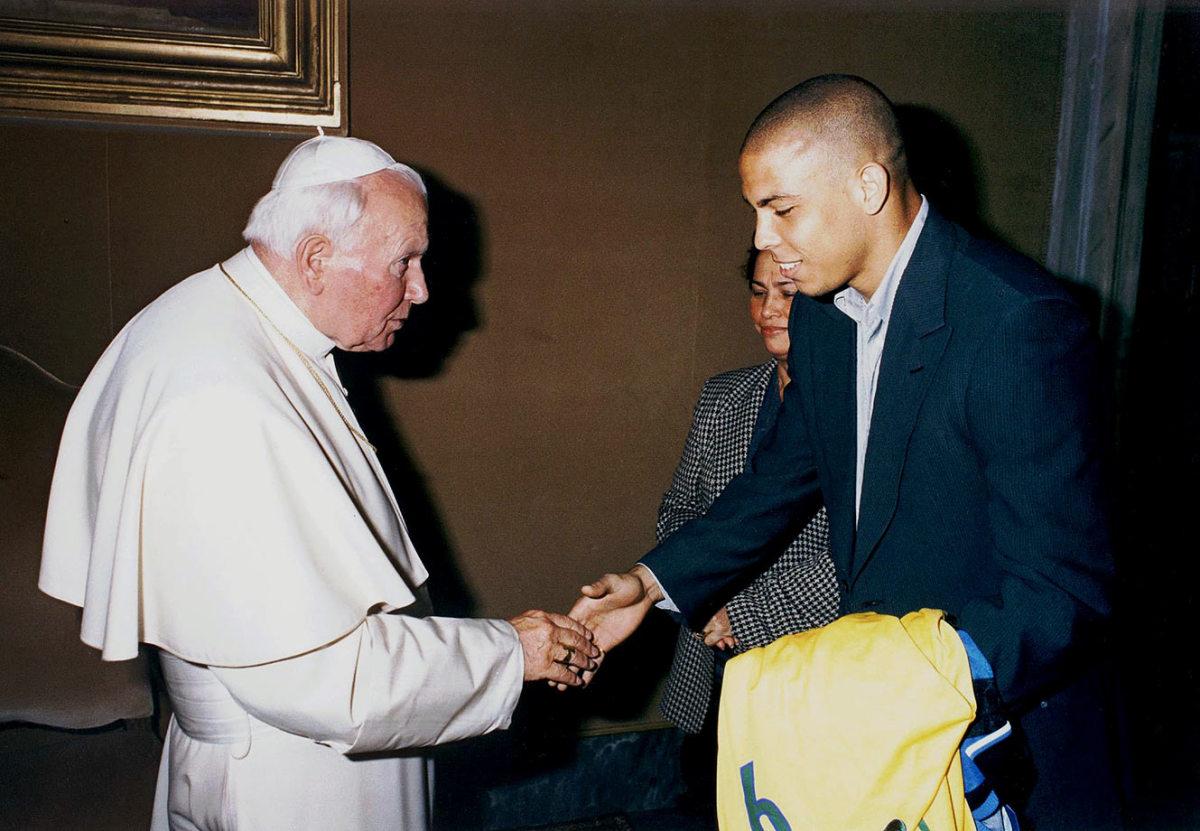 1998-0511-Pope-John-Paul-II-Ronaldo-mother-Sonia-Nazario-De-Lima.jpg