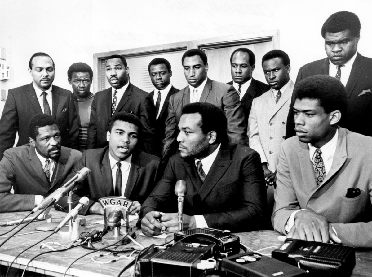 In 1967, Brown, Kareem Abdul-Jabbar, Bill Russell and other black athletes gathered to support Muhammad Ali's refusal to fight in Vietnam. (Photo: Tony Tomsic/Getty Images)