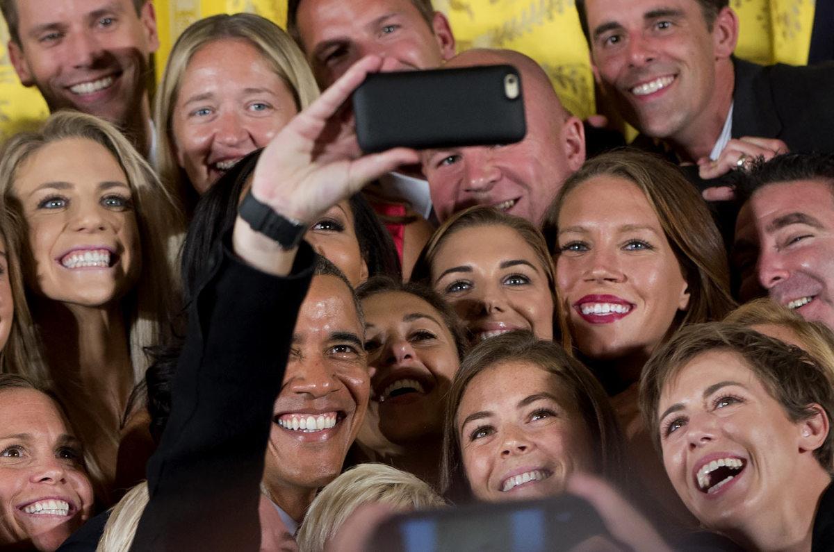 President-Barack-Obama-USWNT-selfie.jpg
