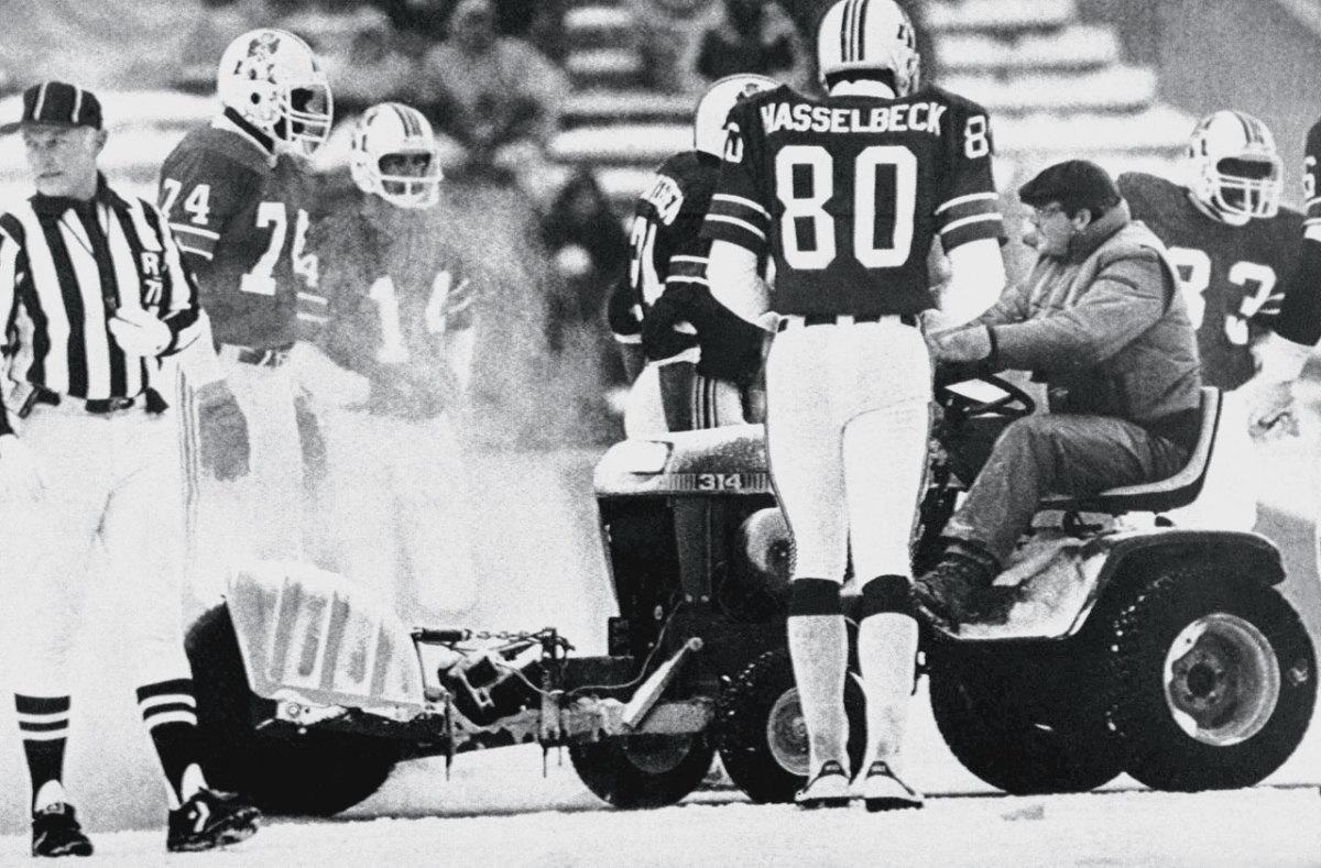 1982-Patriots-Dolphins-Snow-Plow-game.jpg