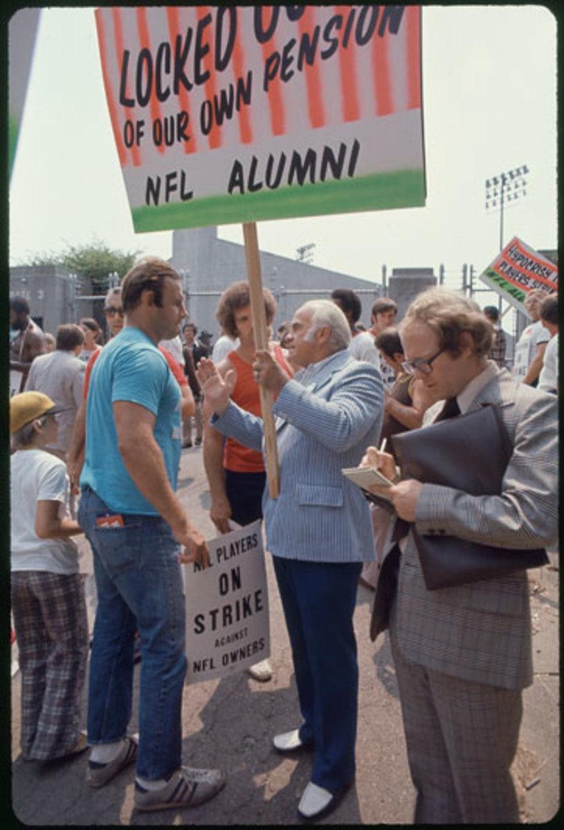players-strike-1974-players-vs-alumni-ji.jpg