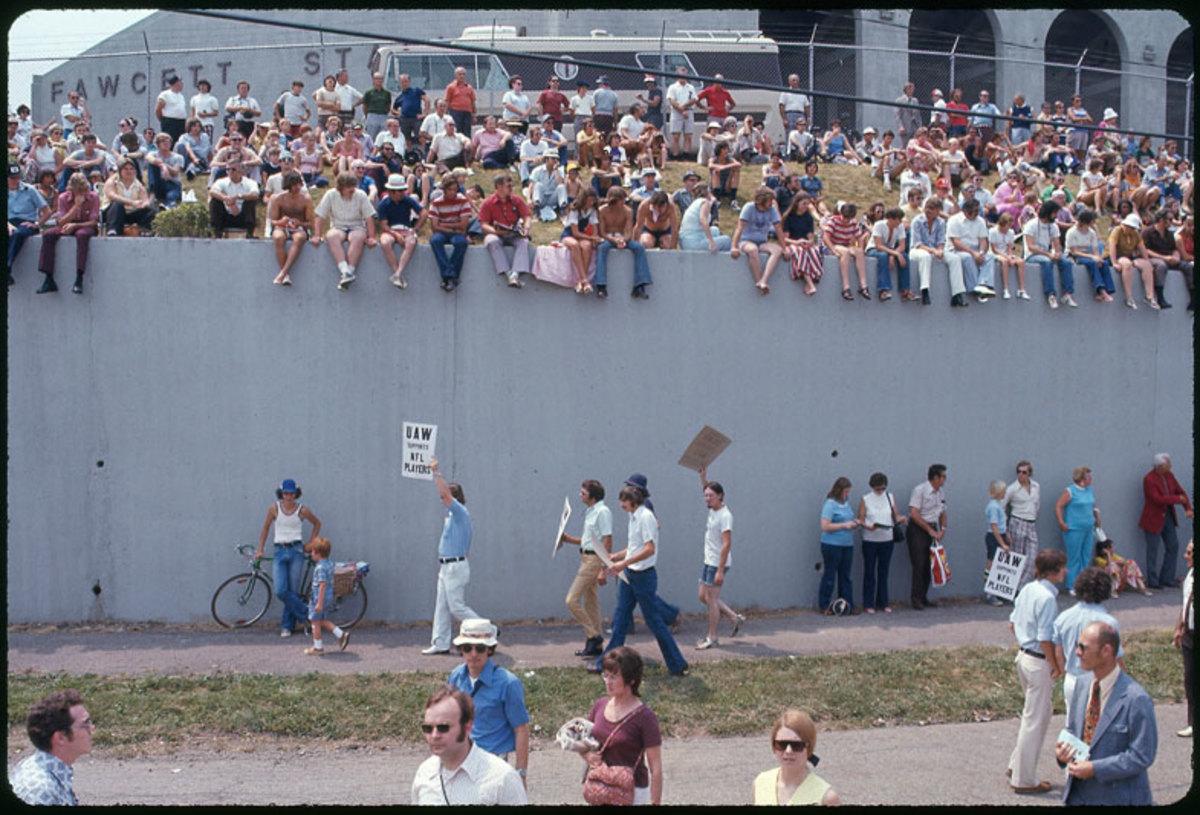 players-strike-1974-uaw-picketers-wi.jpg