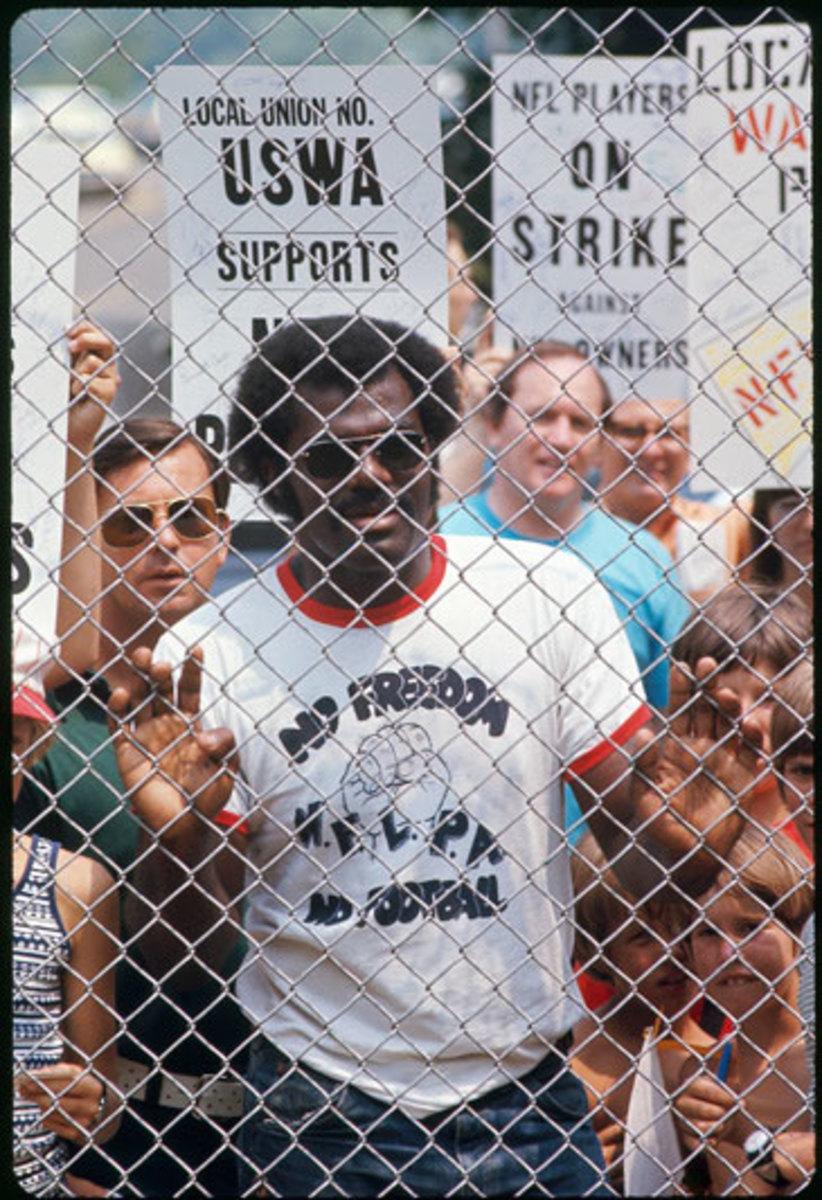 players-strike-1974-alan-page-fence-nl.jpg