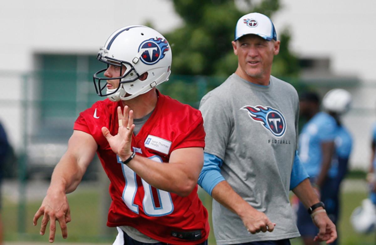 New Titans head coach Ken Whisenhunt (r.) will depend on Jake Locker for early success. (Mark Humphrey/AP)