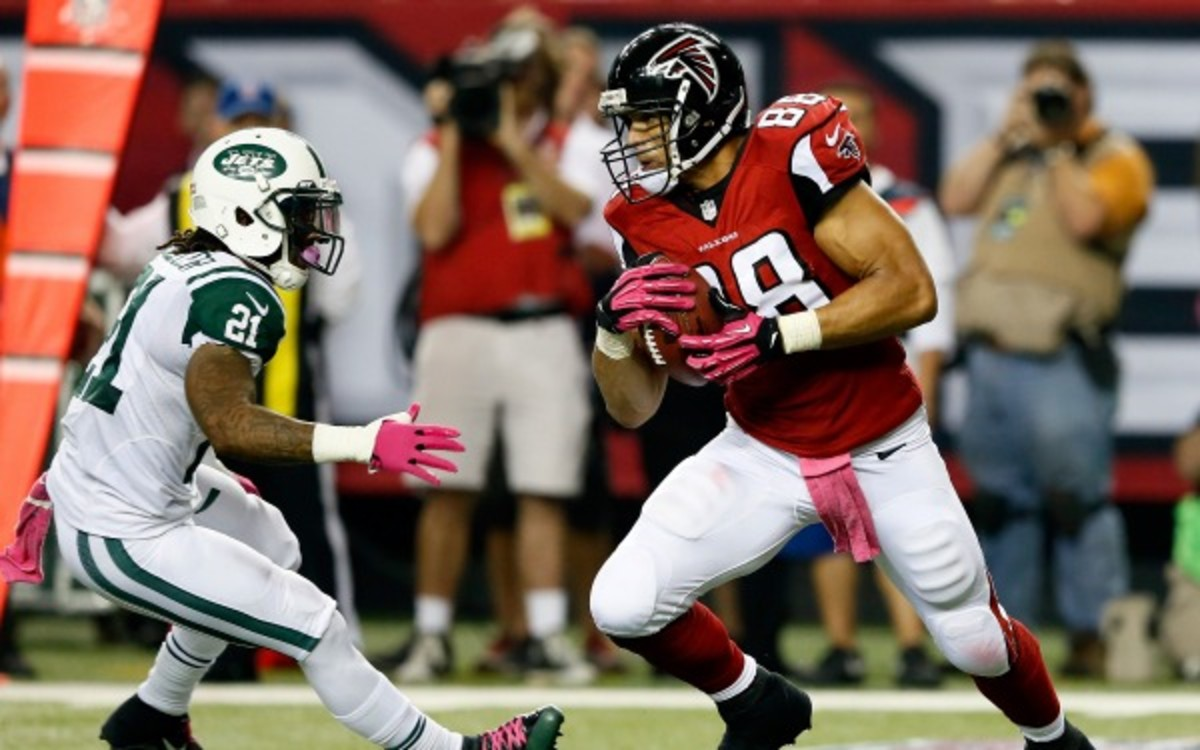 Falcons tight end Tony Gonzalez has 33 catches and 3 touchdowns this year. (Kevin C. Cox/Getty Images)
