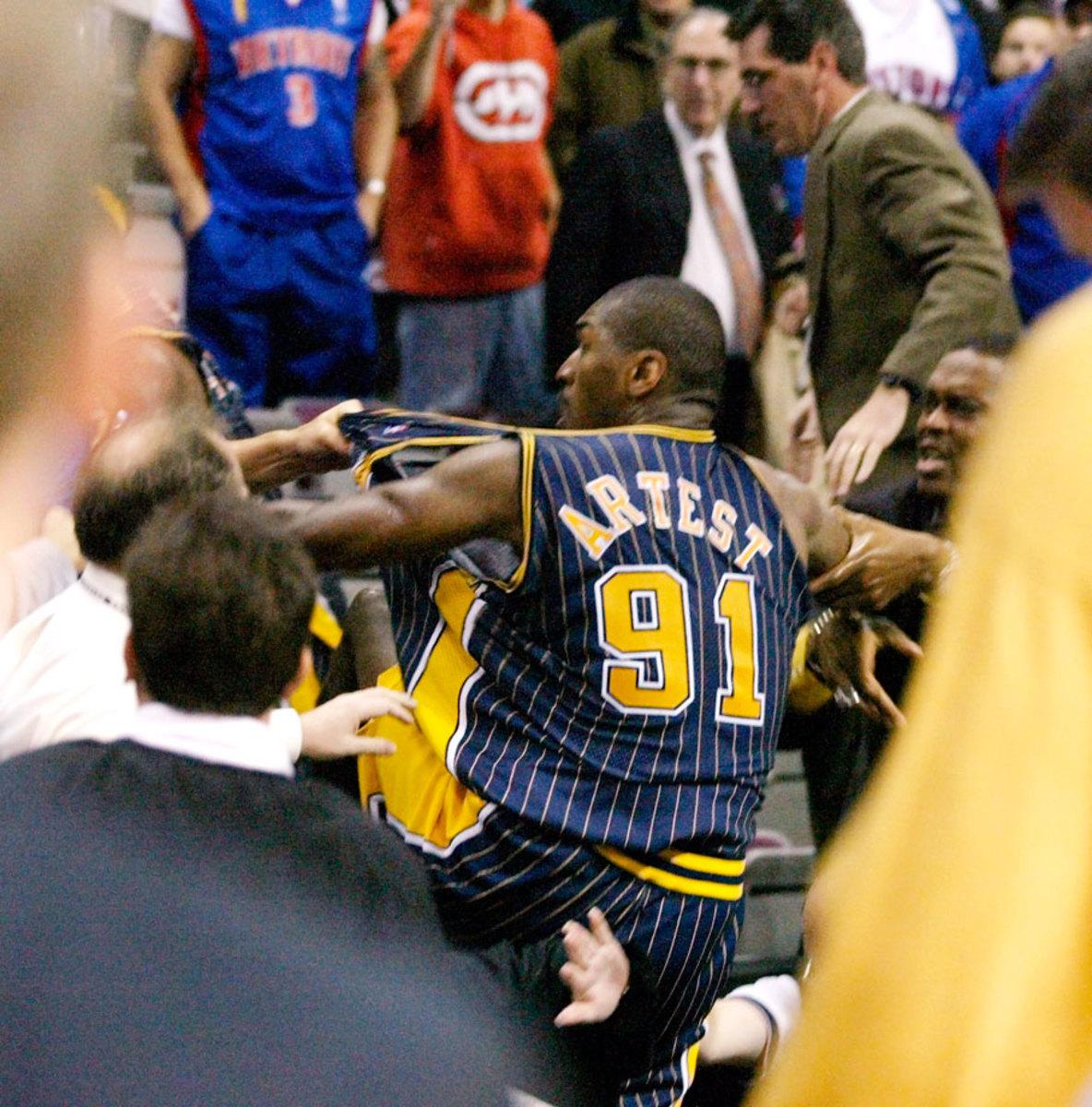 Ron-Artest-fighting-fans(2).jpg