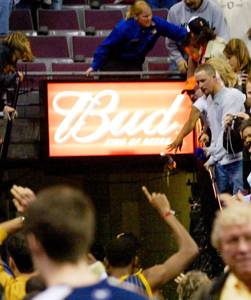 Pacers-fan-throwing-bottle.jpg