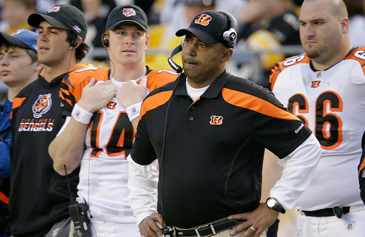 Marvin Lewis (center) and the Bengals have made three straight one-and-done trips to the playoffs.