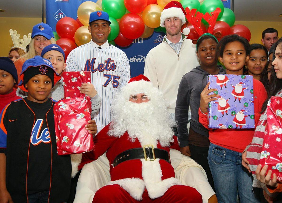 Mike-Pelfrey-Santa.jpg