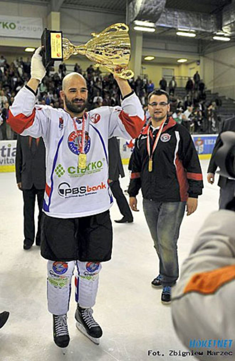 Mike hoists the Polska Liga Hokejowa championship trophy.