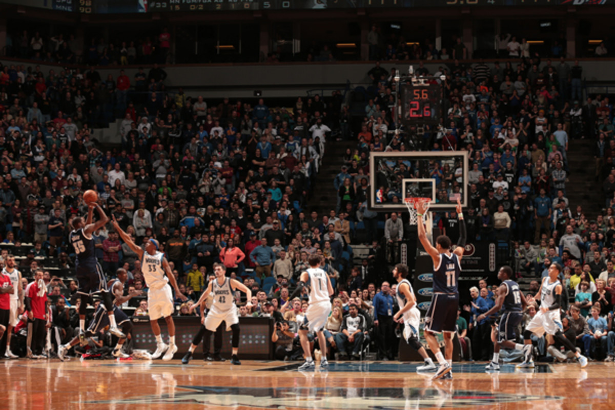 Kevin Durant knocks down a big step-back jumper with 4 seconds left. (Jordan Johnson/Getty Images)