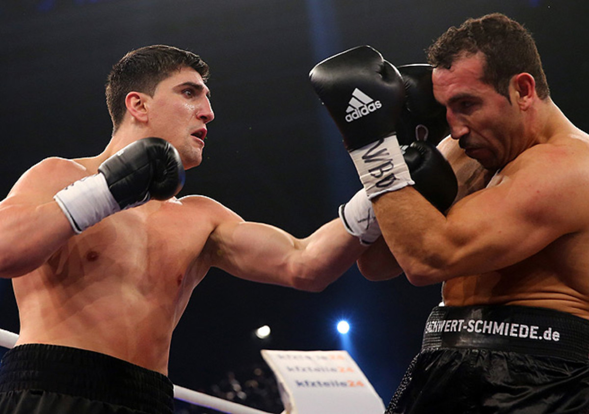 Marco Huck (left) cornered Firat Arslan in the sixth round, causing referee Mark Nelson to stop the fight.