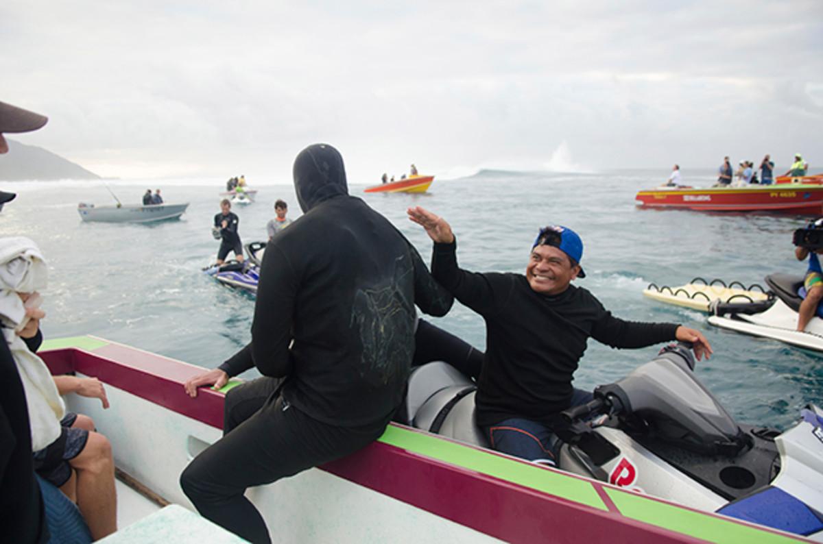 red-bull-raimana-van-bastolaer-surfing-teahupoo-stunts-630-5.jpg