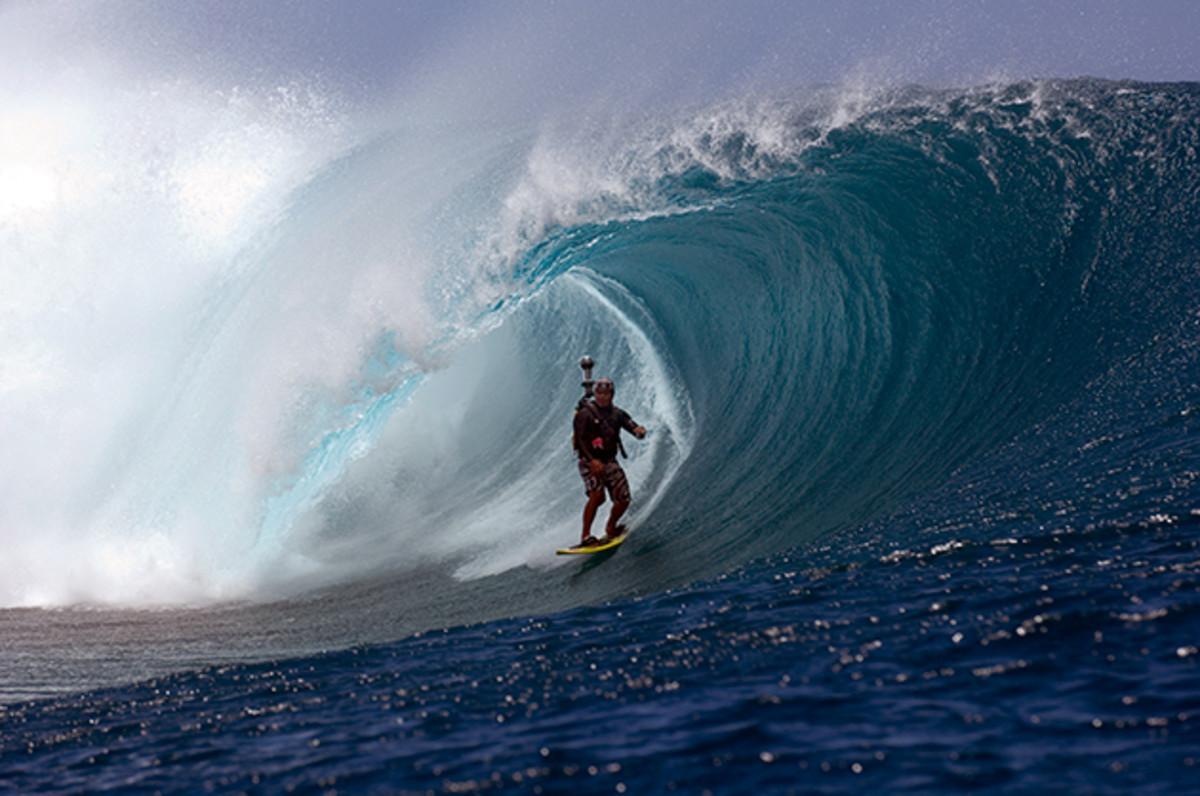 red-bull-raimana-van-bastolaer-surfing-teahupoo-stunts-630.jpg