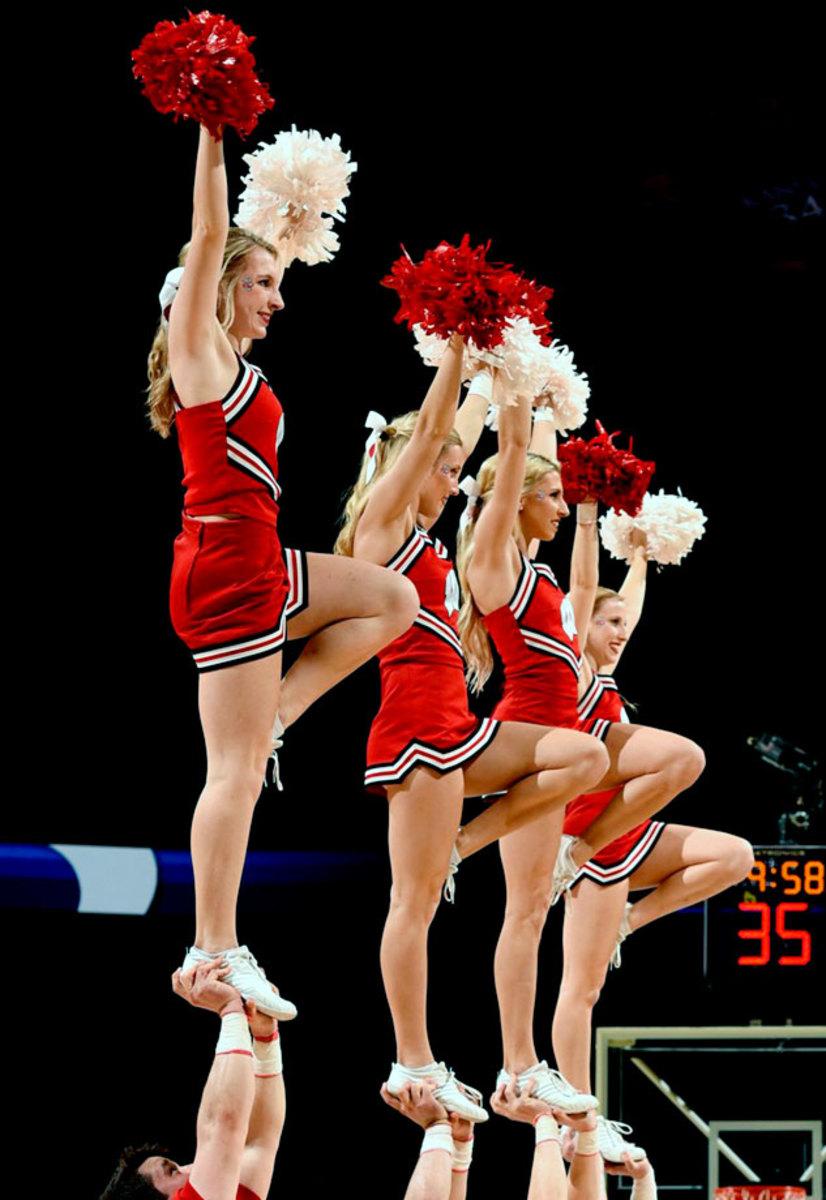Wisconsin-cheerleaders-X159386_TK1_1365_0.jpg