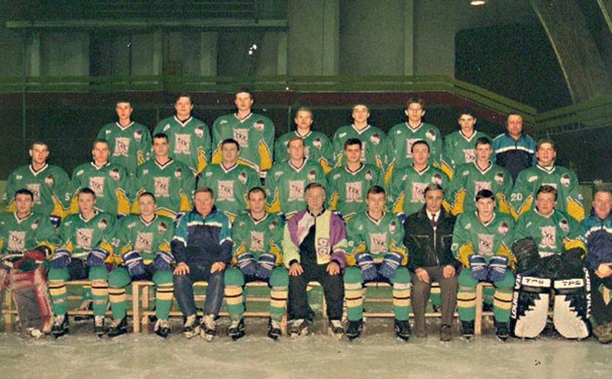 Evgeni Romasko (back row, second from left) and THK Tver of Russia's VHL.