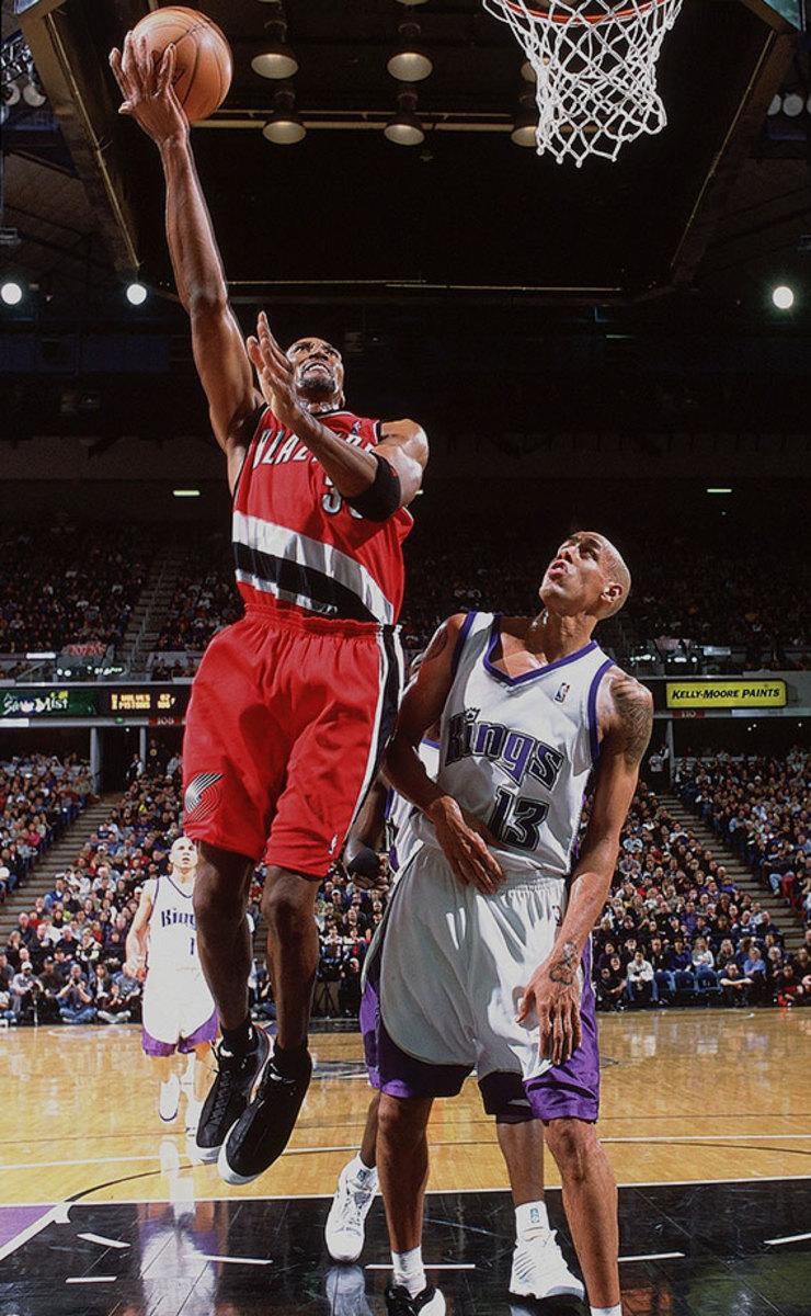 2002-1228-Scottie-Pippen-Doug-Christie-001282579.jpg